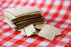 破裂的matzoth和堆后边matzoth,面包屑,犹太传统食物 免版税库存照片