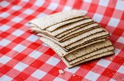 破裂的matzoth和堆后边matzoth,面包屑,犹太传统食物 免版税库存图片