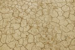 破裂,干地球是黄色的 没有水的一片沙漠 干旱的陆运 湿气的干渴在无生命的空间 生态situa 库存图片