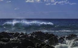 硕大绿松石在一个天空蔚蓝夏日胀大准备好撞入黑熔岩峭壁在西西里岛 图库摄影