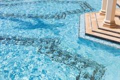 硕大豪华游泳池摘要 免版税库存图片