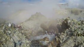 硫磺围拢的喷气孔火山的煮沸的泥罐温泉城 影视素材