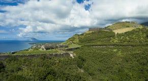 硫磺堡垒鸟瞰图在圣基茨希尔海岛上的  库存照片