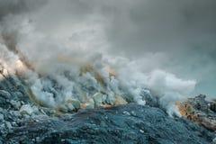 硫磺的提取在伊真火山火山火山口的  库存照片
