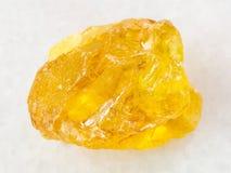 硫磺石头粗砺的水晶在白色大理石的 图库摄影
