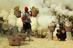 硫磺矿Kawah伊真火山在东爪哇省,印度尼西亚 免版税库存图片