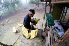 硫磺被称在kawah ijen 免版税库存照片