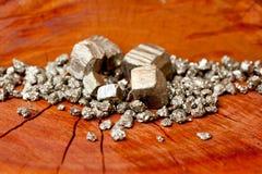 硫铁矿-傻瓜` s金在木树桩 免版税图库摄影