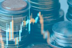硬币两次曝光和图表财政投资策略的 库存照片