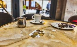硬币和比尔 免版税图库摄影