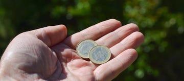 硬币在手中 库存图片