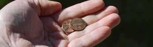 硬币在手中 图库摄影