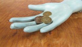 硬币在木手上 免版税库存照片