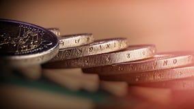 硬币在桌上的两欧元谎言 在被弄脏的背景的硬币 免版税库存照片