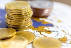 硬币在纸地图堆积 免版税库存图片