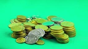 硬币在绿色背景增长 Timelapse 影视素材