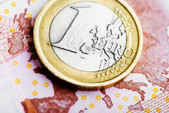硬币在EUR 10钞票的一欧元 免版税库存图片