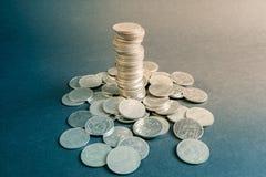 硬币堆有黑背景,硬币耸立,企业成长概念 免版税库存图片