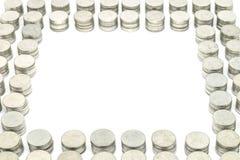 硬币堆积每10枚硬币在白色背景隔绝的金黄集合 选择聚焦 库存照片