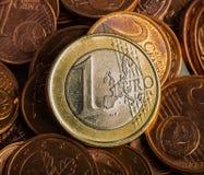 硬币欧元一 铸造在一个被弄脏的背景硬币衡量单位  免版税库存照片