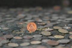 硬币泰国在背景的一枚老银币 库存照片