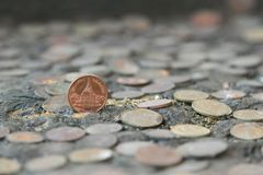 硬币泰国在背景的一枚老银币 免版税库存照片
