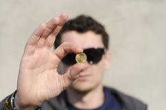 硬币现有量查出的人白色 图库摄影