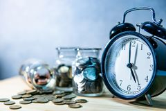 硬币瓶子和时钟 退休的挽救金钱 免版税库存图片