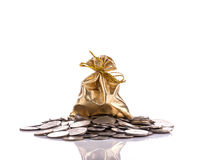 硬币的金黄袋子 beeing的概念连接集中查出的射击工作室包围的技术白色 免版税图库摄影