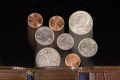 硬币落。 库存照片