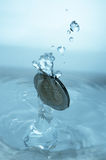 硬币落的水 库存图片
