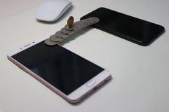 硬币被修筑的桥梁连接两机动性phonesï ¼ Œmobile付款 库存照片