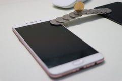 硬币被修筑的桥梁连接两机动性phonesï ¼ Œmobile付款 免版税图库摄影