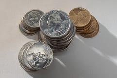 硬币被堆积在灰色背景 免版税库存图片