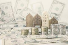 硬币,与钞票的家庭模型10美元, 50美元 免版税库存图片