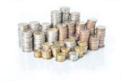 硬币货币,在彼此堆积的硬币用不同的位置 免版税库存图片