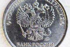 硬币1科比的宏观射击 题字在俄罗斯的俄国银行中 免版税库存图片