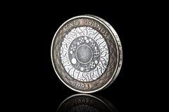 硬币 英国两在黑背景隔绝的1英镑硬币 库存照片