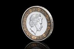 硬币 英国两在黑背景隔绝的1英镑硬币 库存图片