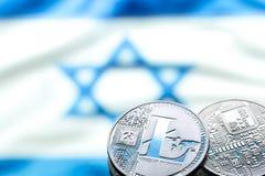 硬币Bitcoin和litecoin,以以色列旗子为背景,真正金钱,特写镜头的概念 背景黑色概念概念性费用房主房子图象挣的货币表示 免版税库存照片