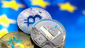 硬币Bitcoin和litecoin,以欧洲和欧洲旗子为背景,真正金钱,特写镜头的概念 免版税库存图片