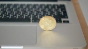 硬币bitcoin在膝上型计算机的键盘滚动 贸易的cryptocurrency的概念 迅速增长  股票录像
