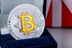 硬币Bitcoin获利首饰的,圆环一个礼物盒 隐藏货币2018趋向 圣诞节的最佳的礼物和新 免版税库存照片