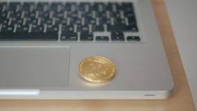 硬币bitcoin落到在膝上型计算机的键盘 贸易的cryptocurrency的概念 迅速增长  影视素材