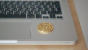 硬币bitcoin落到在膝上型计算机的键盘 贸易的cryptocurrency的概念 迅速增长  股票录像