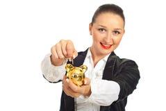 硬币piggybank放置的微笑的妇女 库存照片