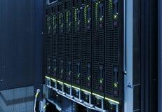 硬盘特写镜头在现代数据中心 蓝色口气 图库摄影