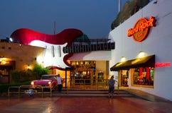 硬石餐厅在纳马普遍的购物和娱乐区在晚上, Sharm El谢赫,埃及咆哮 图库摄影