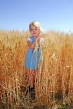 硬粒小麦领域女孩麦子 免版税库存图片