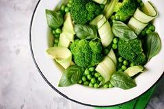 硬花甘蓝、绿豆、黄瓜和鲕梨健康沙拉与蓬蒿和橄榄油 健康的食物 顶视图,拷贝空间 免版税库存照片